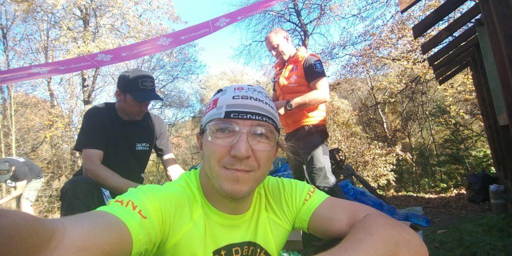 ŁUT 48 - 2018 - drugi etap - drugi punkt odżywczy a w tle sympatyczna ekipa ŁUT